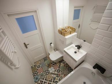Płytki azulejos na podłodze w łazience (49049)