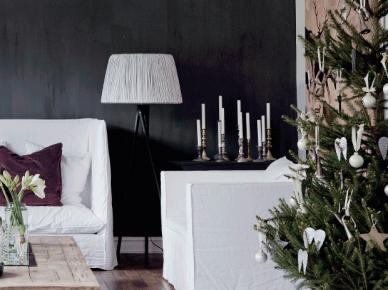 Białe sofy i fotele w lnianych pokrowcach,czarna ściana,stolik z palety na kółkach,zielona choinka w białych dekoracjach świątecznych (47764)