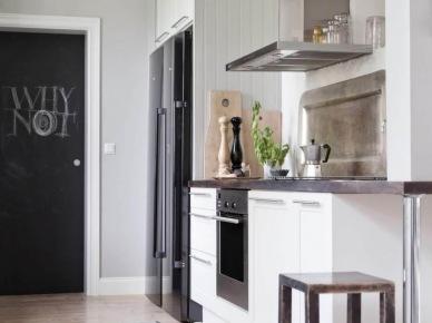 Modern rustykalna biała kuchnia z czarną chłodziarką i stalowym okapem (25993)