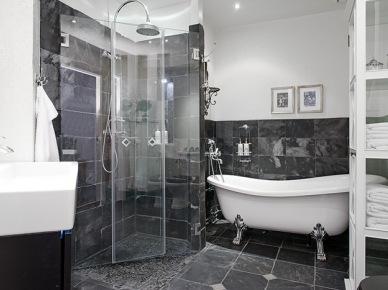 Elegancka łazienka w biało-szarym kolorze z wanną na łapkach (20381)