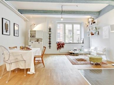 Biały salon z niebieskimi belkami połączony z jadalnią z bialym kredensem (25539)