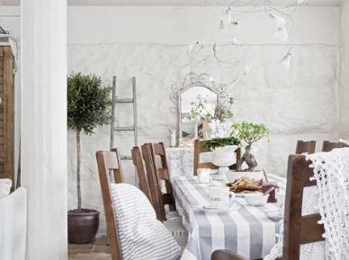 Rustykalna jadalnia z drewnianymi krzesłami z poduszkami i kutym lustrem i żyrandolem (21483)
