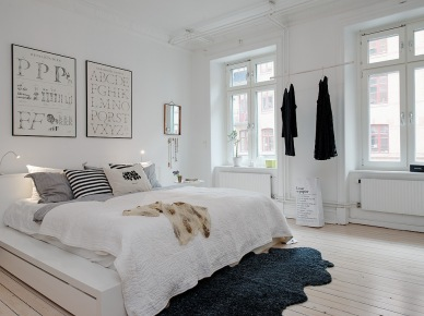 można rzec - klasyczne współczesne mieszkanie w stylu skandynawskim. W tym mieszkaniu skupiono wszystkie elementy designu, charakterystyczne dla stylu skandynawskiego, czyli : białe ściany przeplecione różnymi teksturami, tj. wydzielonymi ścianami z kolorowymi tapetami lub ścianą z czerwonej cegły. Biały, bazowy kolor doskonale uwydatnia wydzielone, kolorowe przestrzenie, które zarazem stanowią inne, funkcjonalne miejsca w tym dużym mieszkaniu. To wnętrza pełne życia, z uwzględnienie potrzeb i upodobań jego domowników. Warto się mu przyjrzeć, bo mamy tu przekrój skandynawskiego stylu - od minimalizmu w części salonu z jadalnią do wesołych barw a`la lata sześćdziesiąte w kuchni oraz elementy ceglanej ściany i kolorowych tapet w nowoczesnej graficznej oprawie. Tapety wypełniają jakby