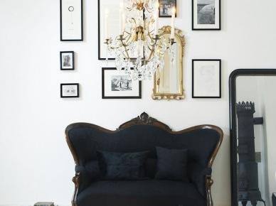 Czarna stylowa kanapa w eklektycznym białym salonie (25202)