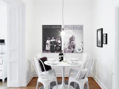 Plakaty i okrągły stół w małej jadalni w biało-czarnym kolorze (20643)