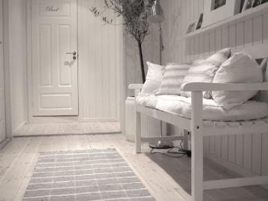 Bielone deski na podłodze w wąskim przedpokoju z drewnianą białą ławką i półkami (47842)