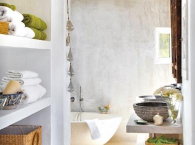 Biała murowana łazienka w letnim domku (17354)