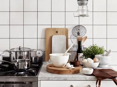 Biała kuchnia z marmurowym blatem,drewniane deski do krojenia,żarówka w drucianym oplocie (47895)