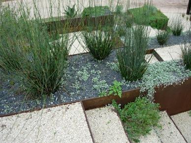 jeśli nie lubicie mocno kolorowych ogrodów i rabat, to obejrzyjcie te pomysły, które wydzielają strefy ścieżek i trawników w sposób estetyczny, prosty i nowoczesny. Charakteryzuje je ład, porządek i...