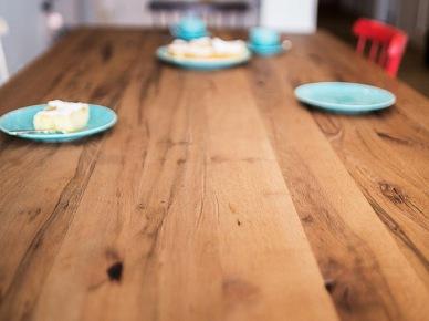Drewniany stół w aranżacji skandynawskiej jadalni (47715)