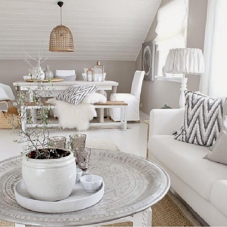 Meble Ogrodowe Okragłe : Marokańska taca stolik w otwartym salonie z jadalnią ,biały stół