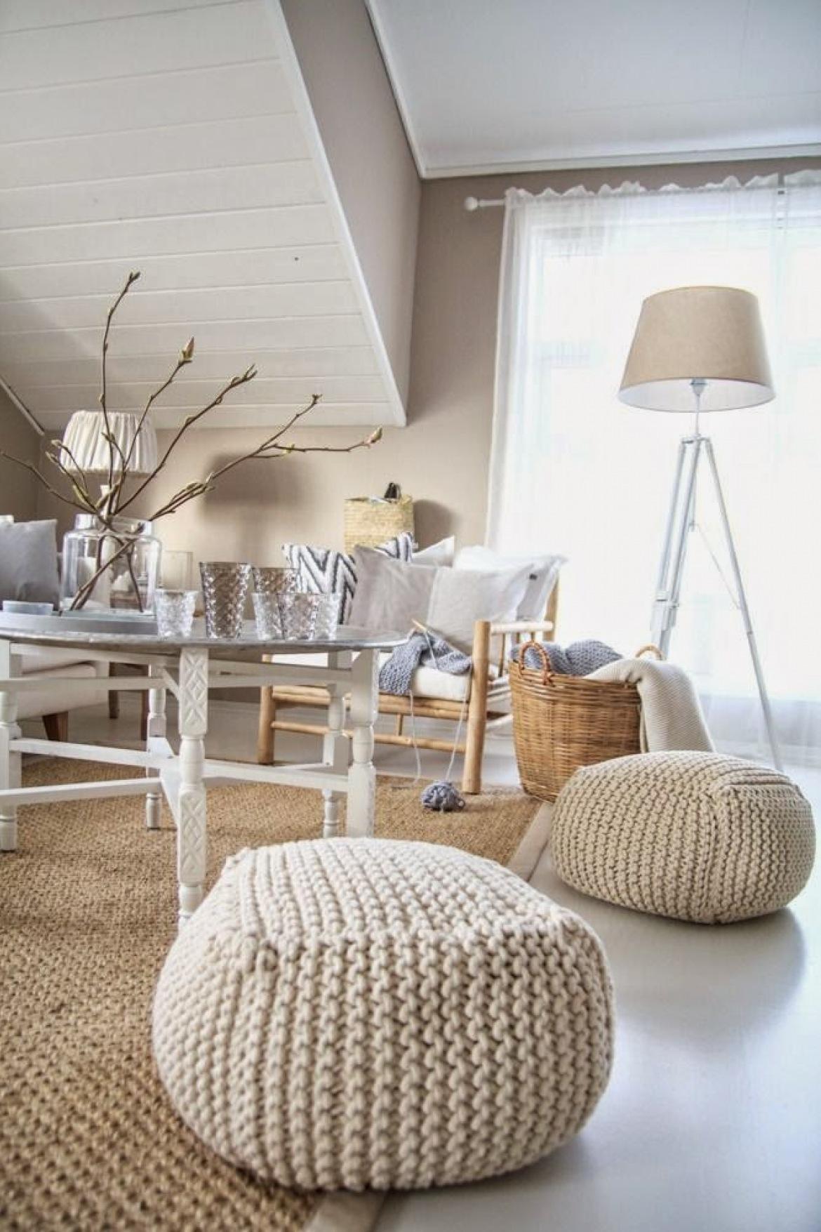 Dziergane pufy,beżowy dywan z juty,drewniany okragły stolik z