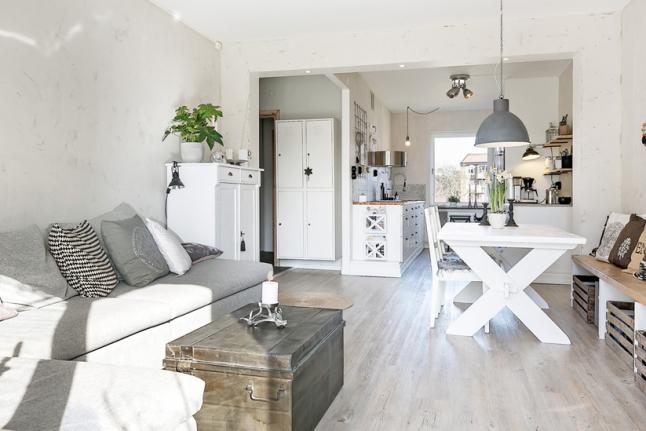 Aranżacja mieszkania w stylu skandynawskim w odcieniach bieli i szarości z naturalnymi motywami