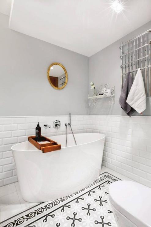 Biało Szara łazienka Z Drewnianymi Akcentami Zdjęcie W
