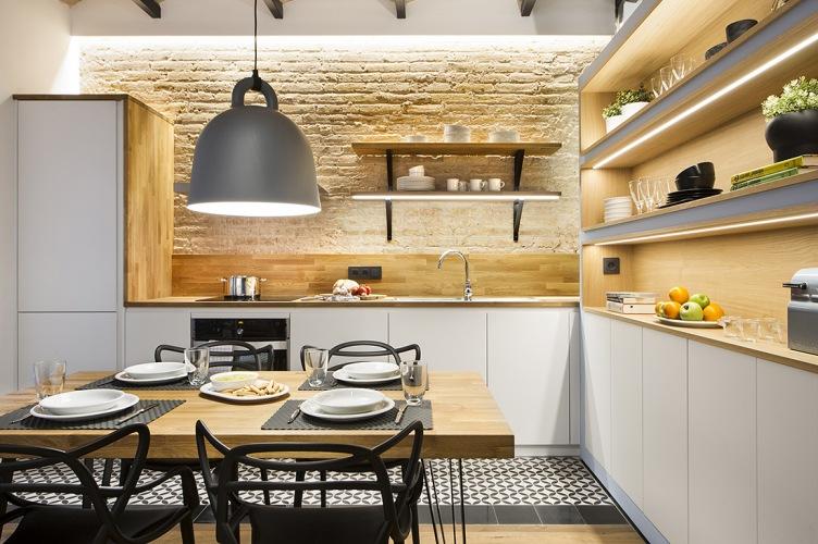 Oryginalna aranżacja wysokiego mieszkania w Barcelonie o pow. 40 m2 z akcentami drewna i błękitu