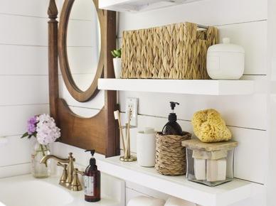 łazienka Z Drewnianymi Meblami I Dodatkami Zdjęcie W