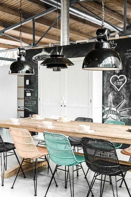 Ciekawe pomysły na aranżację, czyli metalowe krzesła w jadalni oraz kuchni :)