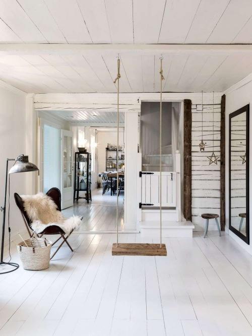 Przeszklony biały dom z romantyczną sypialnią na poddaszu