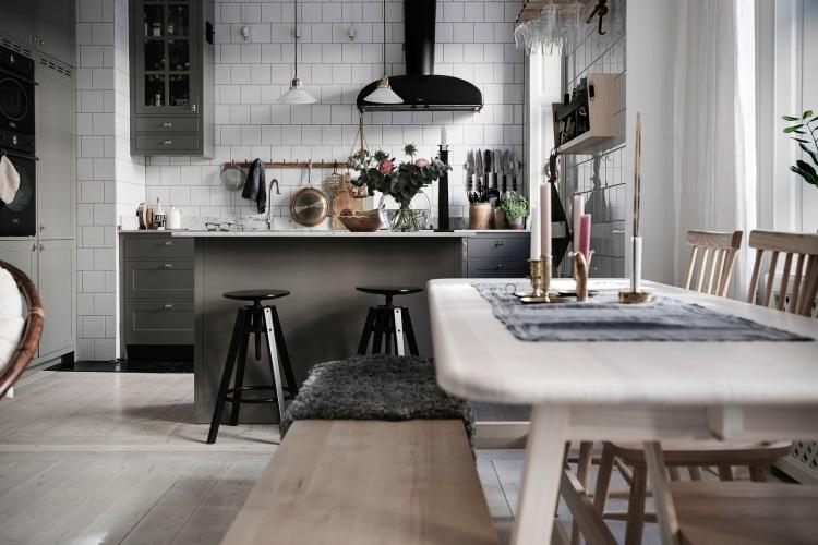 Aranżacja mieszkania o powierzchni 71 m2 z białą drewnianą podłogą i czarnymi dodatkami