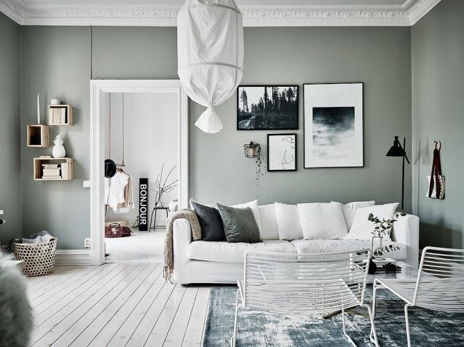Szare mieszkanie z białą drewnianą podłogą i białymi meblami