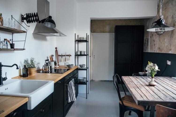 Before & after kuchni, czyli oryginalna aranżacja w czerni i z surową ścianą