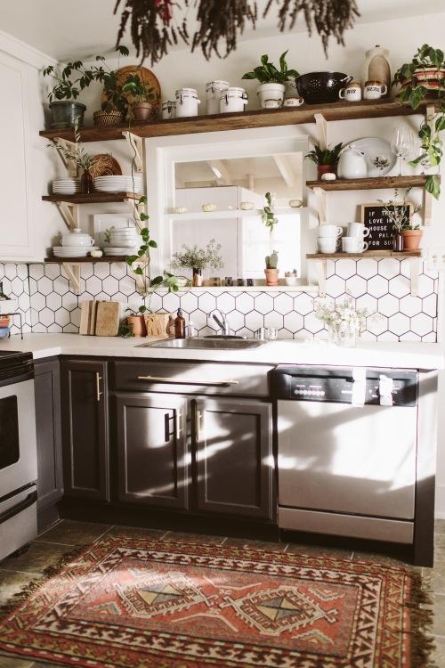 Before & after kuchni z kafelkami w kształcie plastra miodu, drewnianymi półkami i wzorzystym dywanem