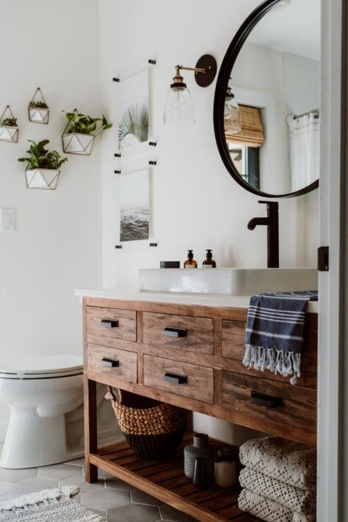 Niezwykła metamorfoza łazienki z piękną szafką z drewna