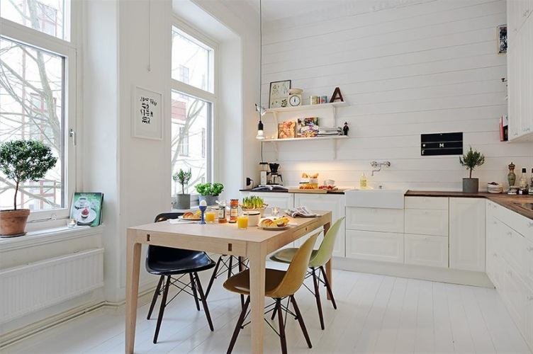 Dwie inspirujące aranżacje kuchni w stylu skandynawskim w bieli z drewnem lub czarnymi dodatkami :)