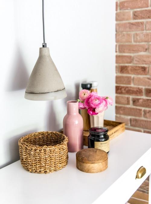 Inspirujące wnętrza w stylu skandynawskim, czyli jak za pomocą lampy wzbogacić wystrój salonu?