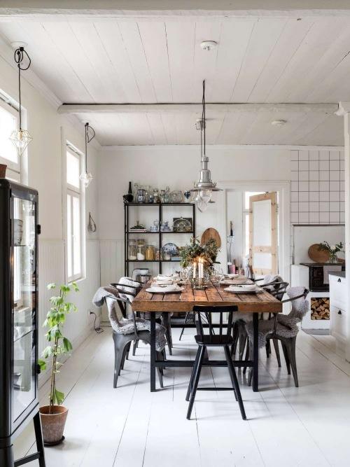 Aranżacja domu z białą podłogą z drewna i huśtawką w salonie