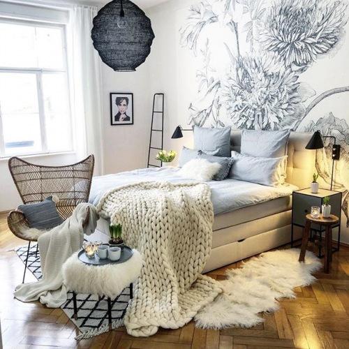 Wnętrza tygodnia z instagramu, czyli eklektyczne mieszkanie z czarną ścianą w salonie