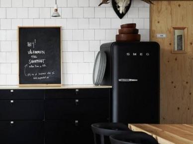 Biało Czarna Kuchnia Z Drewnianymi Blatami Zdjęcie W