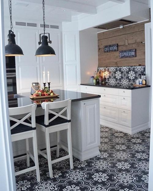 Wnętrza tygodnia z instagramu, czyli biała kuchnia z wyspą i wzorzystą podłogą na początek :)