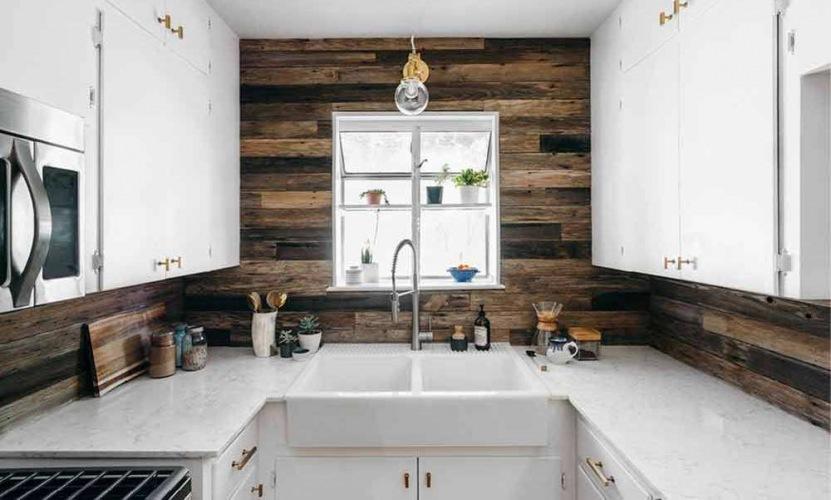 Before & after małej kuchni z ciemnymi deskami na ścianie oraz metamorfoza salonu