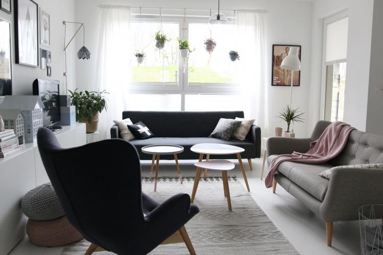 Salon w stylu skandynawskim w otwartej przestrzeni z bardzo bogatą galerią ścienną