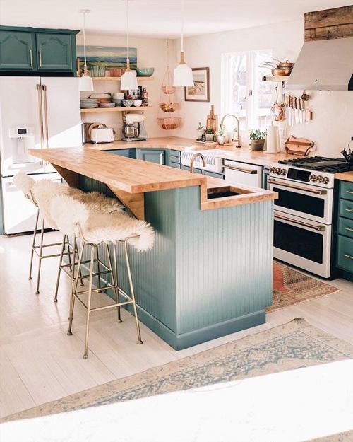 Wnętrza tygodnia z instagramu, czyli pomysł na rozświetloną kuchnię z wyspą i drewnianymi blatami