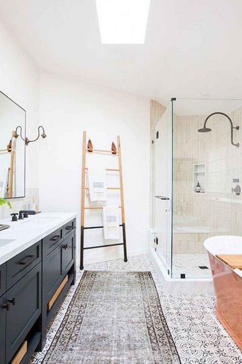 Jak urządzić stylową łazienkę z drewnianymi dodatkami - pomysły na piękne wnętrza