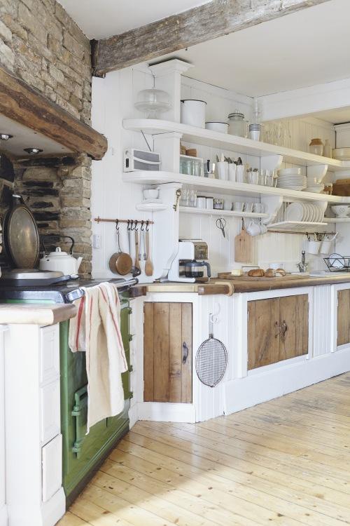 Aranżacja domu ze starym drewnem oraz cegłą w kuchni w klimacie rustykalnym