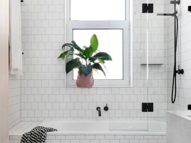 Biała łazienka Z Oknem I Wanną Z Przezroczystym Zdjęcie W