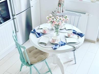Okrągły stolik i pastelowe krzesła w jadalni zdjęcie w