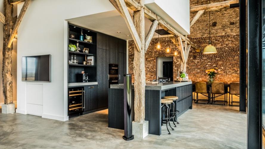Wyjątkowe mieszkanie z cegłą, betonem i drewnem urządzone w... stodole!