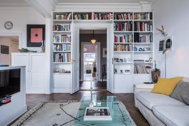 Styl rustykalny salon inspiracje for Biblioteczka w salonie